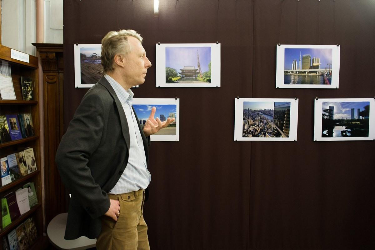 """Фотовиставка Олексія-Нестора Науменка """"Три міста – три світи"""""""